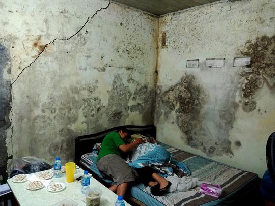 """Ứa lệ trong """"đêm trắng"""" ở căn nhà xập xệ của nữ công nhân môi trường tử nạn - 1"""