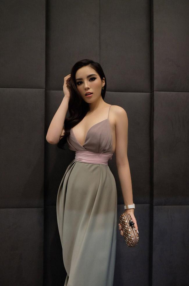 Hay khi lựa chọn những bộ cánh để xuất hiện trong các sự kiện thời trang, người đẹp vẫn trung thành với phong cách sexy tột bậc của mình.