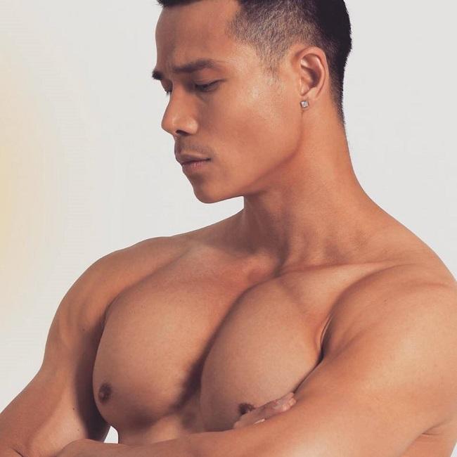 Anh hiện là một huấn luyện viên phòng gym có tiếng, gắn bó với bộ môn thể hình nhiều năm nay và luôn dành ít nhất 2 tiếng/ ngày cho nó.