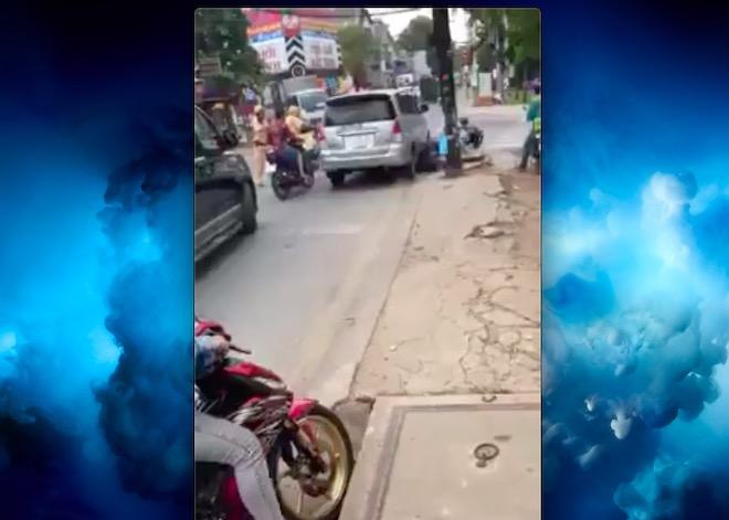 """Hãi hùng clip ô tô phóng """"bạt mạng"""" trốn CSGT, tông liên tiếp vào người đi đường - 1"""