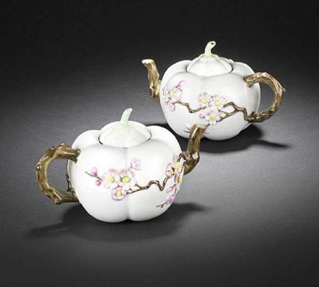 Đây là ấm trà được bán với giá 2,18 triệu USD (~50,6 tỷ đồng) trong cuộc đấu giá diễn ra hồi năm 2011. Điều làm nên sự đắt đỏ là chiếc ấm có từ thế kỷ 18, màu sắc vẫn rất đẹp và hình dáng ấn tượng.
