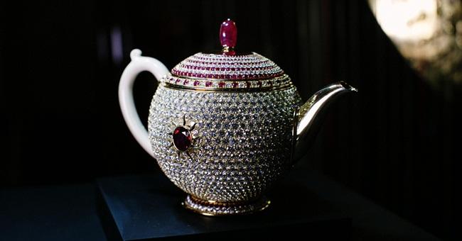 Toàn bộ ấm được đính1658 viên kim cương và 386 viên hồng ngọc lấp lánh cực đẹp.