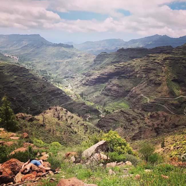 Stefdies đang nằm sấp trước dãy núi Cueva Grande.