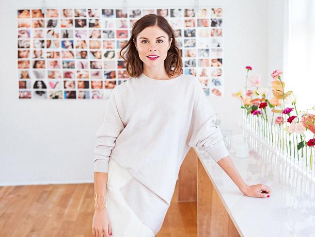 Một năm sau, Glossier ra đời. Weiss kiểm tra phản ứng người dùng với thương hiệu mới qua Instagram khoảng bốn tuần trước khi ra mắt chính thức. Trong tuần đầu tiên bán sản phẩm, cô đã có hơn 18.000 người theo dõi