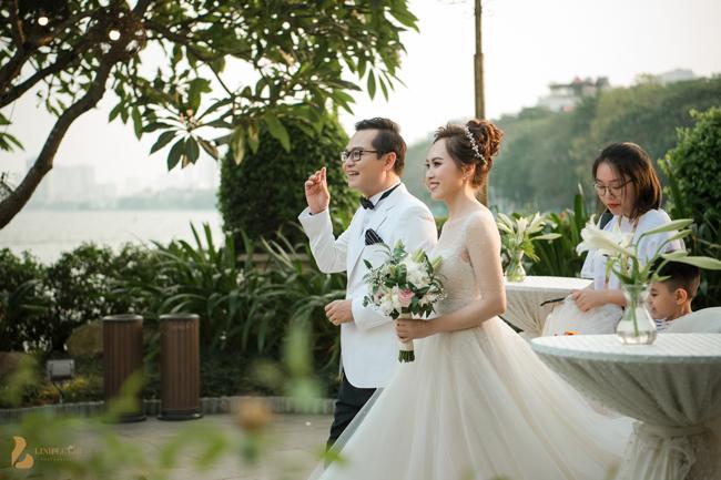 Giám đốc Nhà hát Kịch Hà Nội liên tục hôn vợ say đắm trước 1.000 quan khách - 1