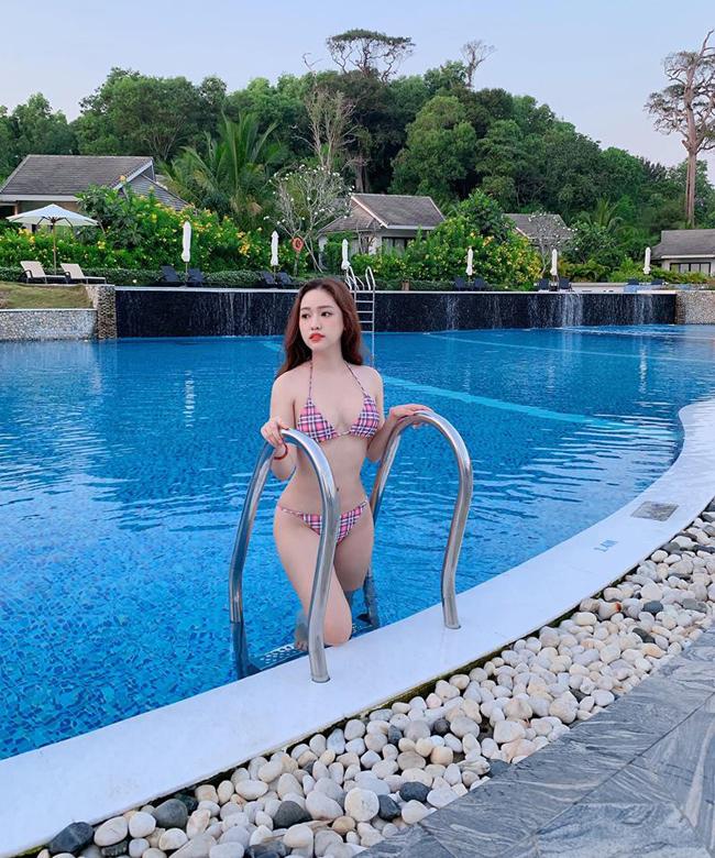 Cô đăng hàng loạt bức hình bikini lên Facebook, Instagram, check-in ở những địa đỉ nghỉ mát sang chảnh.