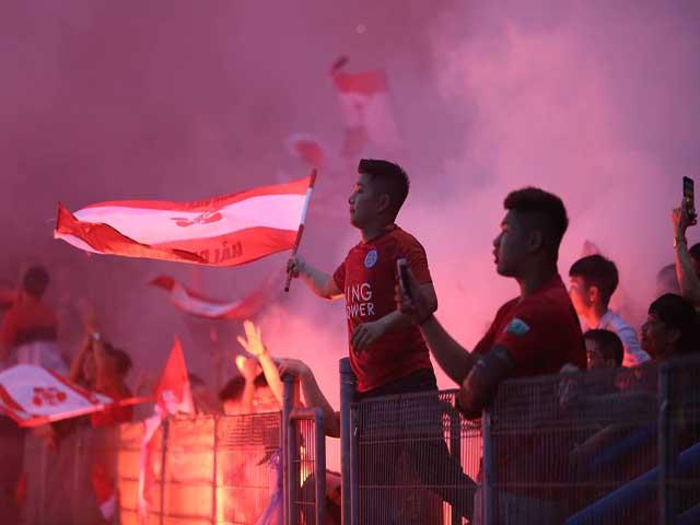 """CĐV Hải Phòng đốt pháo sáng """"gây họa"""" Hàng Đẫy: Fan Hà Nội FC bức xúc"""