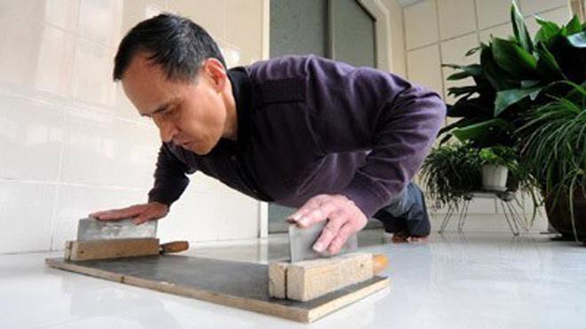 Choáng: Giáo sư Trung Quốc U70 chống tay vào lưỡi dao đẩy 1.500 lần/giờ - 1