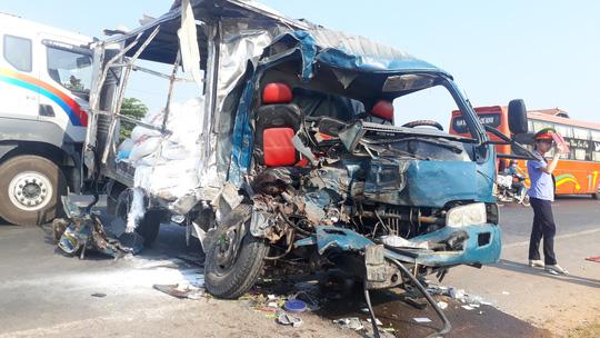Xe container va chạm với ôtô tải, 3 người thương vong - 1