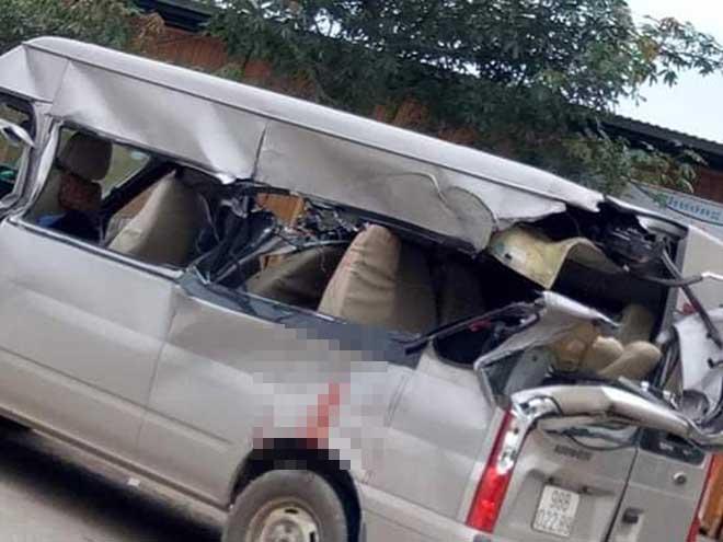 Xe 16 chỗ va chạm kinh hoàng với xe tải, nhiều người thương vong - 1