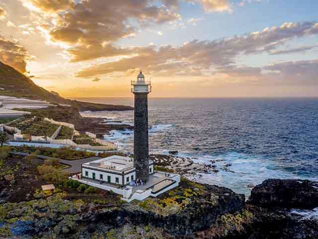 Biến ngọn hải đăng thành một khách sạn sang chảnh, du khách xếp hàng dài để đăng ký - 1