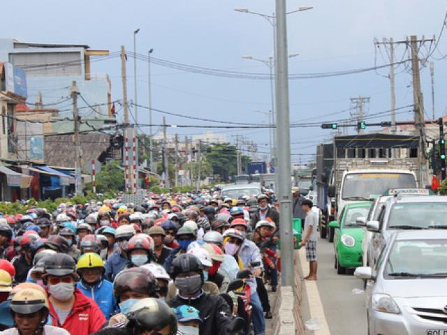 The car plunged into Vung Tau too crowded, ten thousand people listening to the ferry and high speed