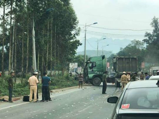 Xe đầu kéo va chạm kinh hoàng với xe khách, 5 người thương vong - 1