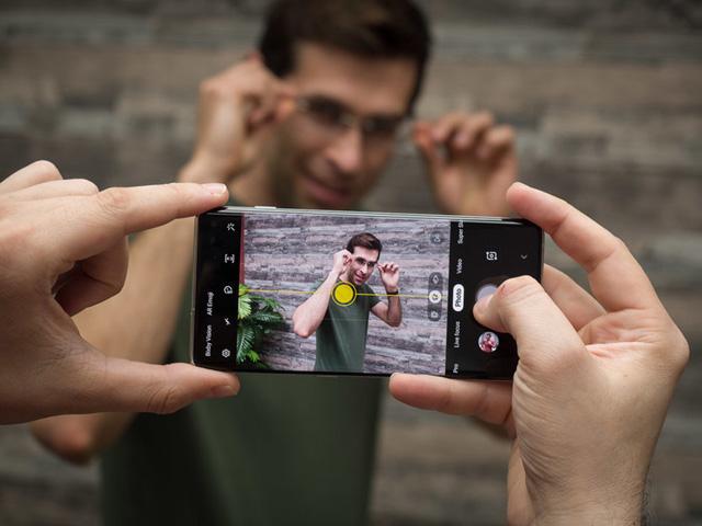 iPhone Xs hay Galaxy S10+ chụp ảnh chân dung đẹp hơn?