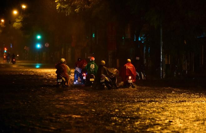 Hà Nội mưa trong đêm, nhiều tuyến đường mênh mông nước - 1