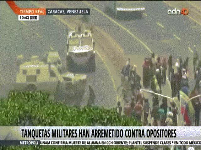 Đảo chính ở Venezuela: Xe quân sự chèn qua đám đông người biểu tình