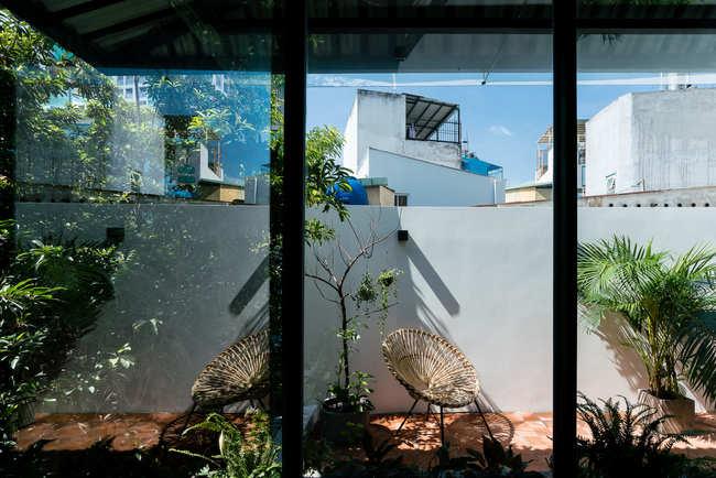 Chủ nhân của ngôi nhà đã lựa chọn lối thiết kế cổ kính quen thuộc của các ngôi nhà tại miền Nam Việt Nam, phù hợp với khu vực có biên độ nhiệt độ nhỏ, nắng nóng và mưa nhiều.