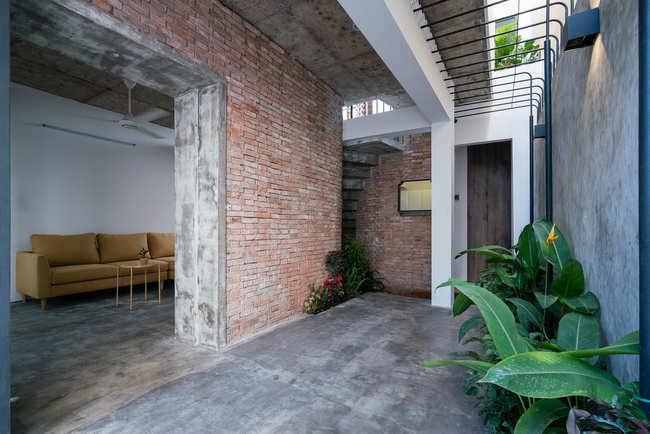 Không gian phòng khách giản dị, giúp tránh cái nóng miền Nam Việt Nam