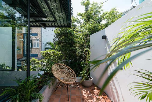 Tường gạch bao quanh bảo vệ căn nhà nhưng cũng không thể thiếu các hàng cây xung quanh