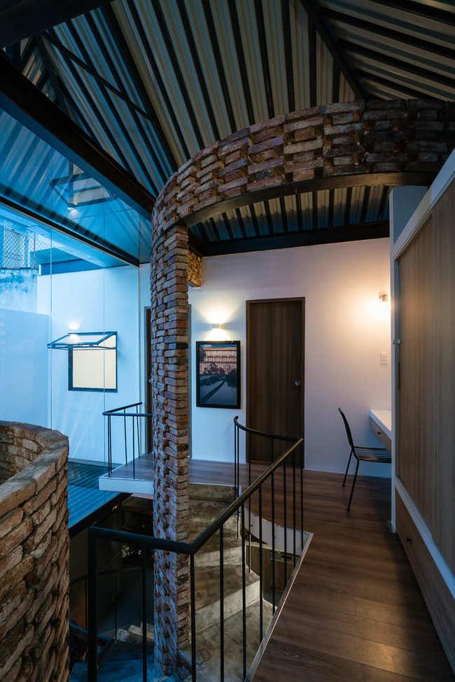 Lối đi tầng 2 được lát bằng gỗ, mang lại vẻ cổ kính sang trọng