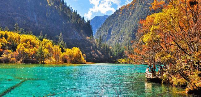 1.Cửu Trại Câu  Nơi này là một di sản thế giới và công viên quốc gia nổi tiếng, được coi là một vùng đất thần tiên tuyệt đẹp.Jiuzhaigou có những cảnh quan tuyệt vời của thác nước và hồ nước đầy màu sắc như trắng, xanh dương, xanh lá cây, xanh ngọc và ngọc lục bảo.