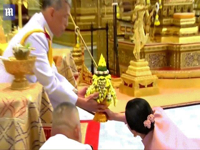 Lý do Hoàng hậu Thái Lan quỳ rạp dưới chân chồng khi nhận quà cưới