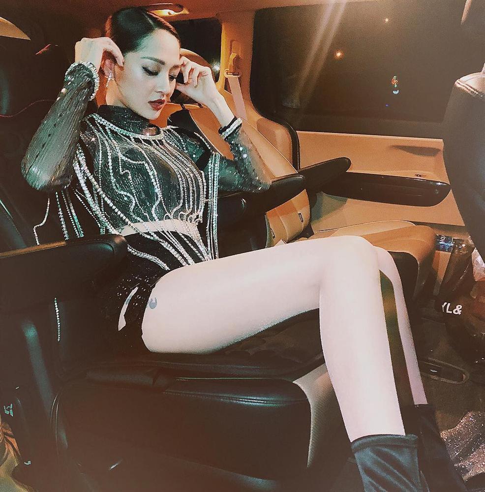 Bảo Anh học cách đeo body chain của Lisa Black Pink - 1