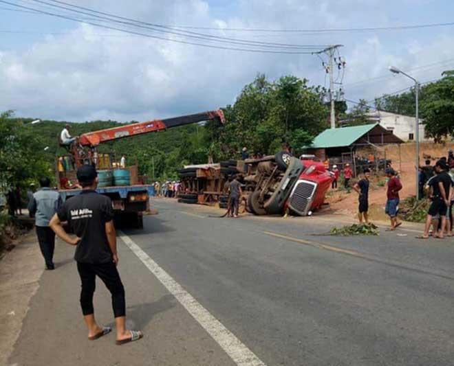 Container lật, đè chết 2 anh em đang chạy xe máy trên đường - 1