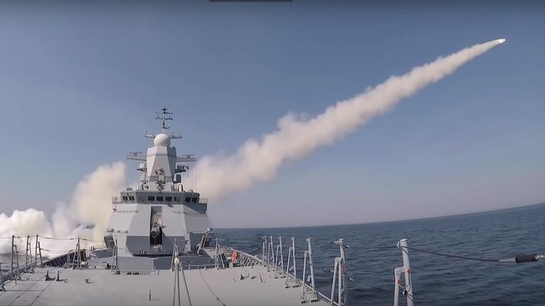 Video: Tàu chiến Nga phóng tên lửa phá hủy tàu chở hàng trong chưa đầy 3 phút - 1