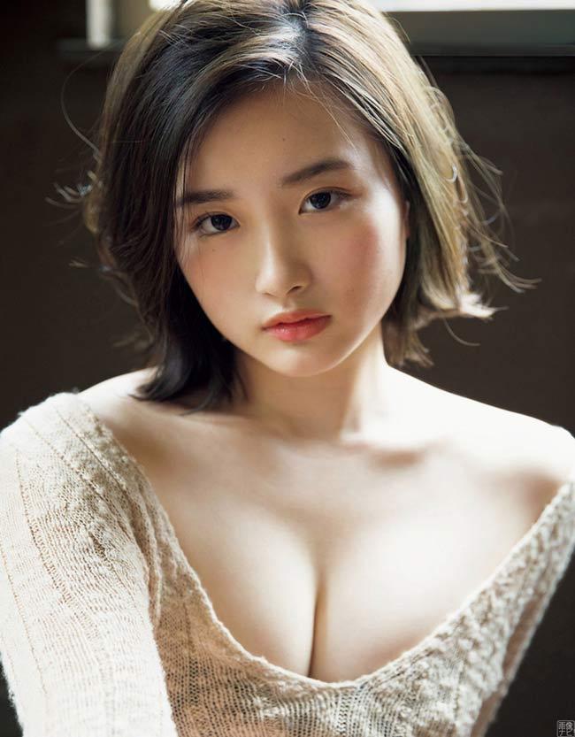 Abe Oto sinh năm 2000 tại Osaka, Nhật Bản. Mỹ nhân 18 tuổi được truyền thông xứ Phù Tang mệnh danh là phiên bản thứ 2 của Satomi Ishihara.