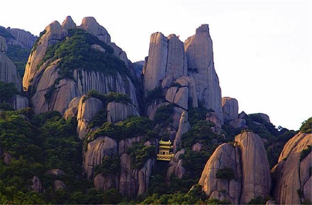 Ngỡ ngàng ngôi đền nặng 100 tấn nằm cheo leo giữa 2 đỉnh núi - 1