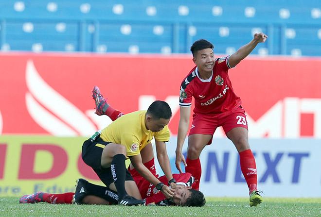 Trọng tài nhanh tay cứu cầu thủ V-League nuốt lưỡi: Tiết lộ bất ngờ - 1