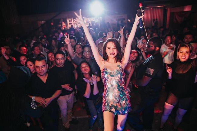 Những chiếc váy đính sequins lấp lánh giúp cô nổi bần bật trước đám đông.