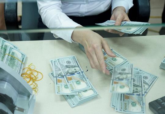 Tỉ giá trung tâm lập đỉnh mới, giá USD ngân hàng nhảy vọt - 1