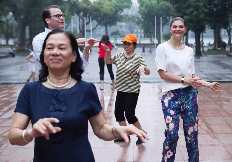 """Người dân Thủ đô bất ngờ khi tập thể dục cùng """"vị khách đặc biệt"""" - 1"""