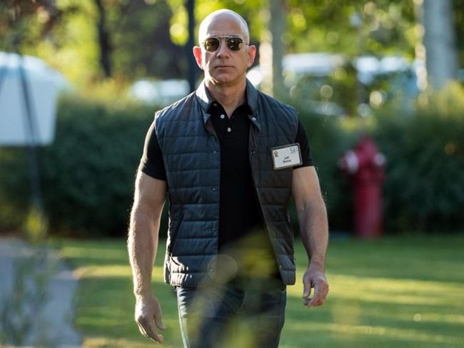 Với 121 tỷ USD, Jeff Bezos có giá trị tài sản ròng bằng 30% tiền học bổng của 100 trường đại học hàng đầu của Mỹ. Khối tài sản của ông chủ Amazon hơn cả tài sản của Đại học Harvard, đại học Texas, đại học Yale cộng lại.