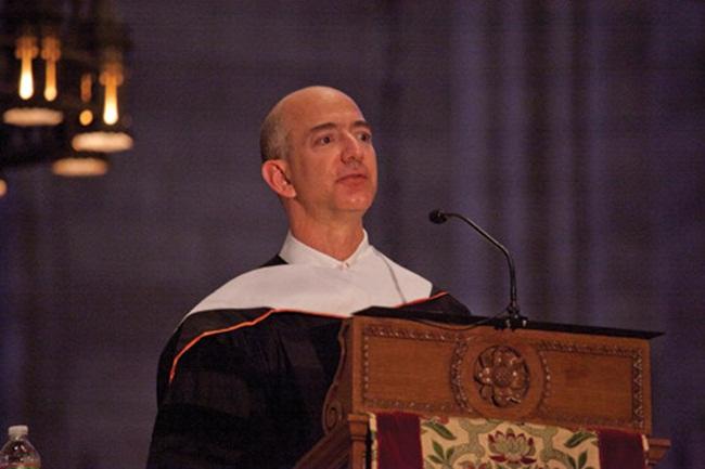 Jeff Bezos có bằng cử nhân đại học Princeton. Ông kiếm được 149.353 USD/phút - số liệu do Business Insider đưa ra năm 2018.