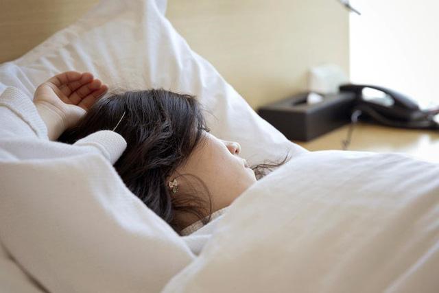 Những hiểm họa sức khỏe khủng khiếp nếu bạn thường xuyên để tóc ẩm ướt khi đi ngủ - 1