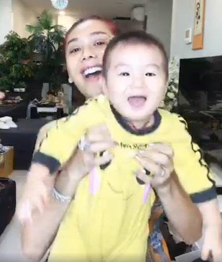 Lâm Khánh Chi lần đầu livestream cởi mở khoe con trai với người hâm mộ - 1