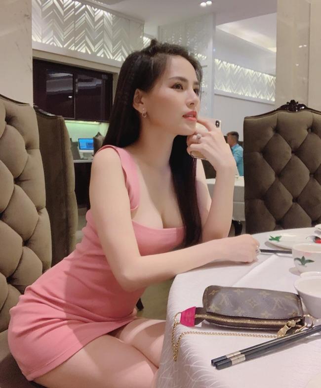 Trong một bài phỏng vấn gần đây, người đẹp quê Hải Phòng mạnh dạn tuyên bố, cô tự kiếm ra tiền nên chưa bao giờ nghĩ đến chuyện đánh đổi bản thân để nhận lấy những thứ mà cô có thể tự kiếm được. Phát ngôn này khiếnnhiều người tò mò về khốitài sản của một nữ diễn viên trẻ như Phi Huyền Trang.