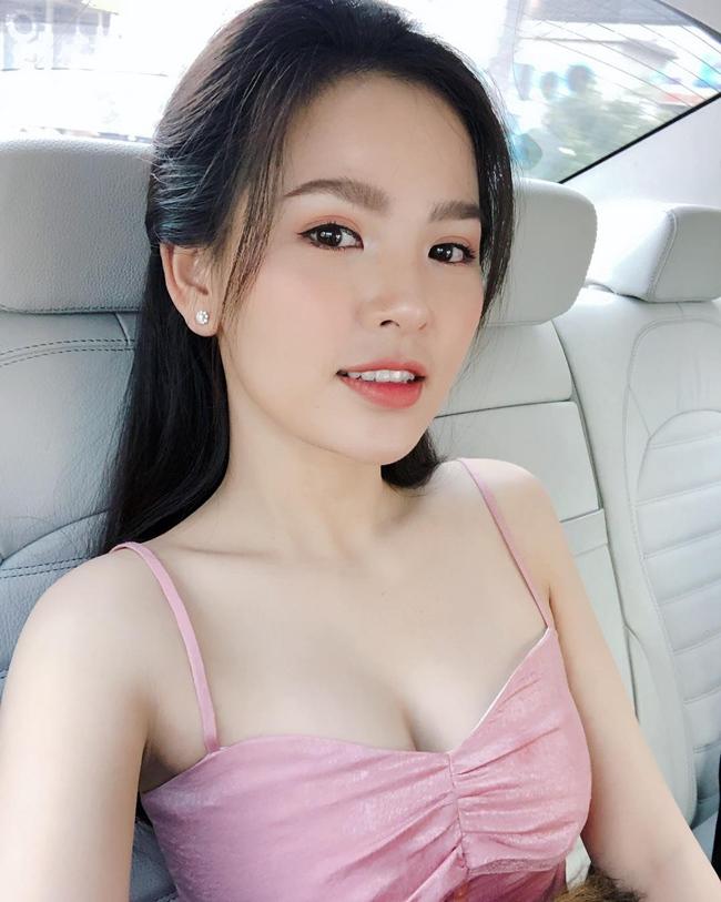 Trên mạng xã hội, Trang Phi thường xuyên đăng tải hình ảnh selfie trong xe hơi. Qua đó có thể nhận thấy chiếc xế hộp cô đang sử dụng có nội thất sang trọng, màu sắc tinh tế.