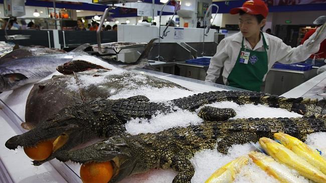 1. Siêu thị TQ thường bày bán công khai những con cá sấu còn nguyên con như thế này.