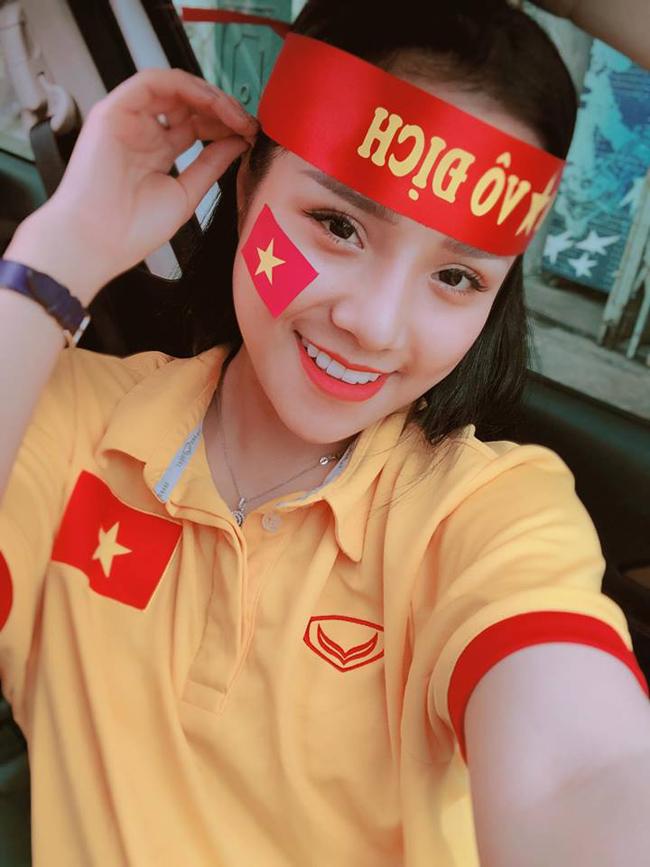 """Ngồitrên hàng ghế khán đài của trận bán kết lượt về giữa đội tuyển Việt Nam và Indonesia (giải AFF cup 2016), Võ Thị Thương (sinh năm 1992, quê Nghệ An) từng khiến dân mạng """"lùng sục"""" vì quá xinh đẹp."""
