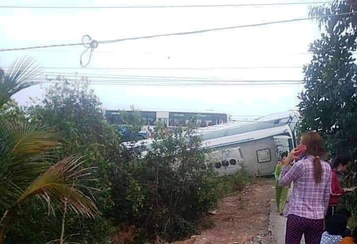 Nhiều người cầu cứu trong xe khách bị lật ở Long An - 1