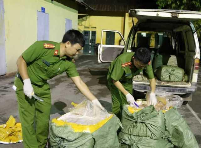 Lạng Sơn: Bắt giữ 500kg nầm lợn mốc đen, bốc mùi đang đi tiêu thụ - 1