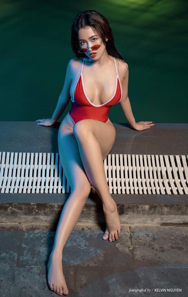 Mới đây, DJ Trang Moon gây chú ý khi tung bộ ảnh nóng bỏng bên bể bơi. Đây cũng là lần hiếm hoi cô công khai các khoảnh khắc hở bạo.