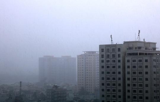 """TP.HCM: Mưa trắng trời trưa cuối tuần, """"khu nhà giàu"""" Thảo Điền lại ngập - 1"""