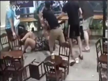 Đánh bạn gái tới tấp trong quán cà phê, hung hăng đấm luôn nhân viên vào can ngăn - 1