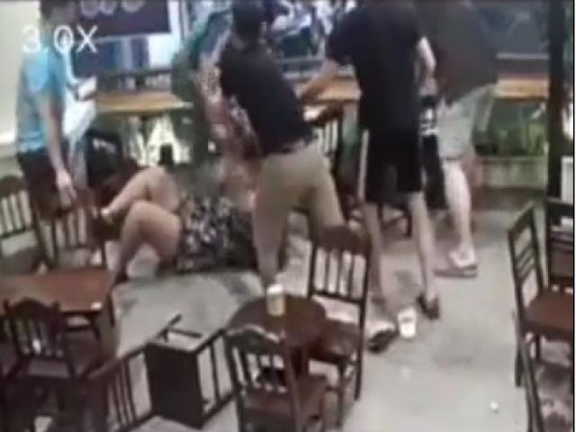 Đánh bạn gái tới tấp trong quán cà phê, hung hăng đấm luôn nhân viên vào can ngăn