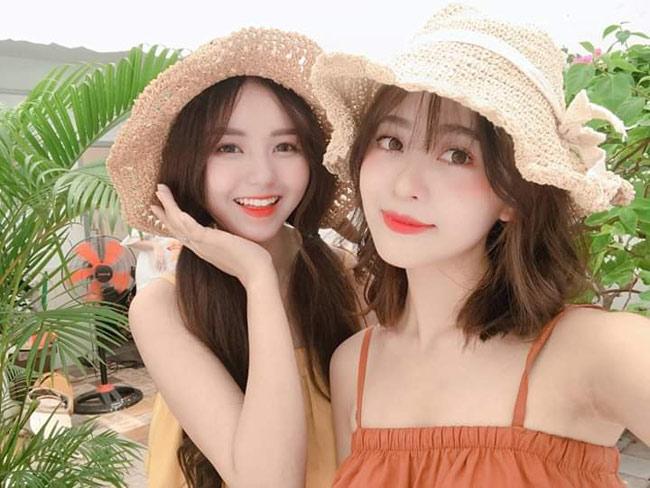 Xuất hiện trên hội chuyên đăng ảnh gái xinh châu á, bức hình chụp chung của hai cô gái xinh đẹp thu hút sự chú ý của dân mạng.